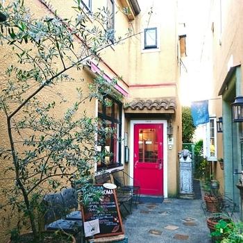 ショコラ専門店として有名な『テオブロマ』のジェラートのお店です。神楽坂駅から徒歩約5分の路地裏にあり、その店構えは日本ではなくヨーロッパのようなたたずまいです。
