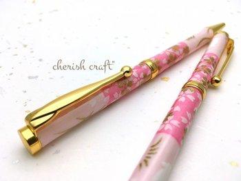 美濃和紙を使った、優しい風合いのボールペン。友禅柄が華やかで、日本の伝統がしっとりと感じられます。お誕生日や記念日のプレゼントなどにもおすすめです。