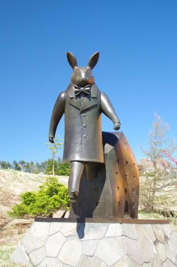 絵本の世界から飛び出してきたようなメルヘンチックなウサギの作品。