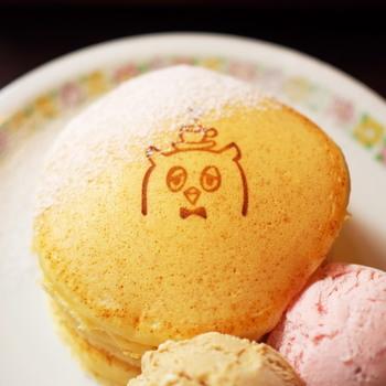 お店のキャラクター「ふくろう」の焼印がかわいいパンケーキは優しいお味。小ぶりのパンケーキはちょうどいいサイズ感です。