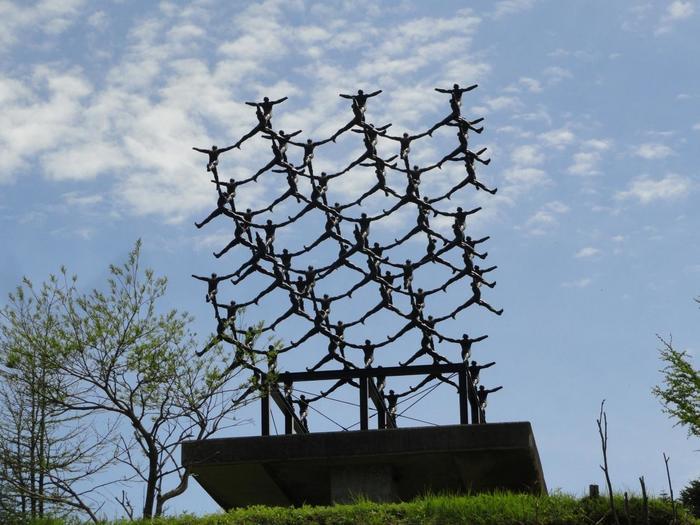81体もの男性像組み合わせ、ダイアモンドの分子構造に置き換えた作品「ダイアモンド構造」。