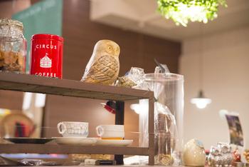 北欧調の店内には、かわいい雑貨がたくさん。海外のカフェに来たような、ワクワクした気分に浸れます。