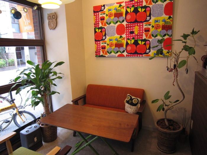 お友達同士のティータイムが楽しくなりそうなおしゃれな店内。センスのいい家具や内装に注目です。