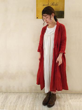 リネンのローブドレスはボタンを全部あけて、コートのように使うのもお洒落です。ふんわりとした質感がたまりません。