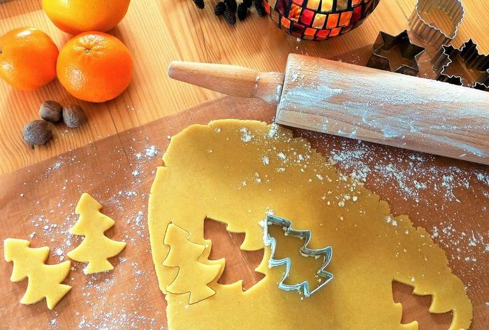 のし棒(麺棒)を使って、紙粘土をきれいにのばします。厚さを均一にしましょう。次に、好きなクッキー型で抜いて、ひもを通すための穴をつまようじで開けておきます。あとはよく乾燥させて、やすりで整え、ひもやリボンを通すだけ。