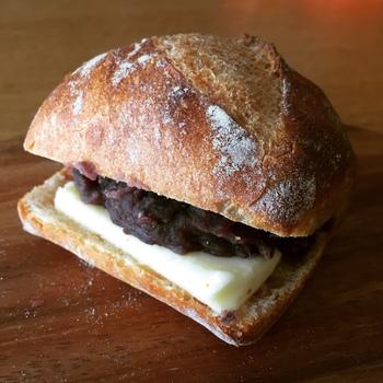 常連客から人気が高い「あんバターフランス」は、しっかりとした食感のフランスパンにあんことバターがぎっしり。そのままはもちろん、あたためて食べるのもおすすめ。