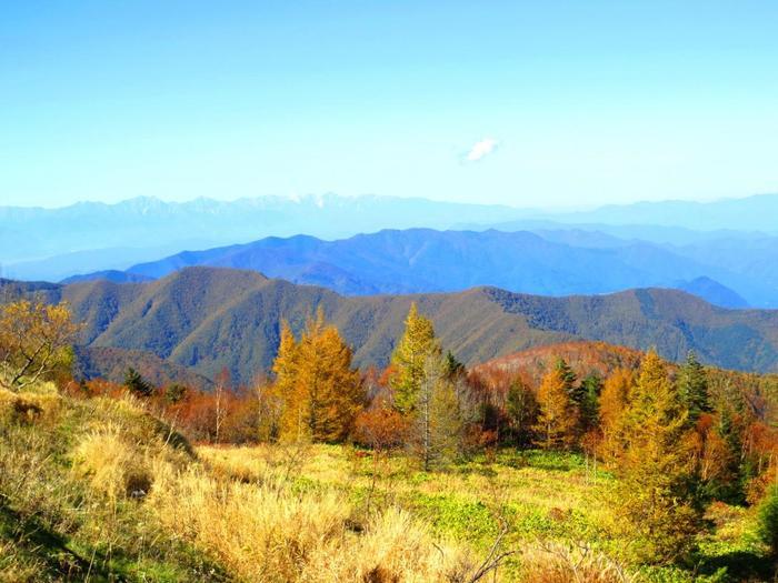 道の駅の展望スペースから望む周囲の秋景色。ぐるりと絶景が広がり、どこを見ても絵になります。