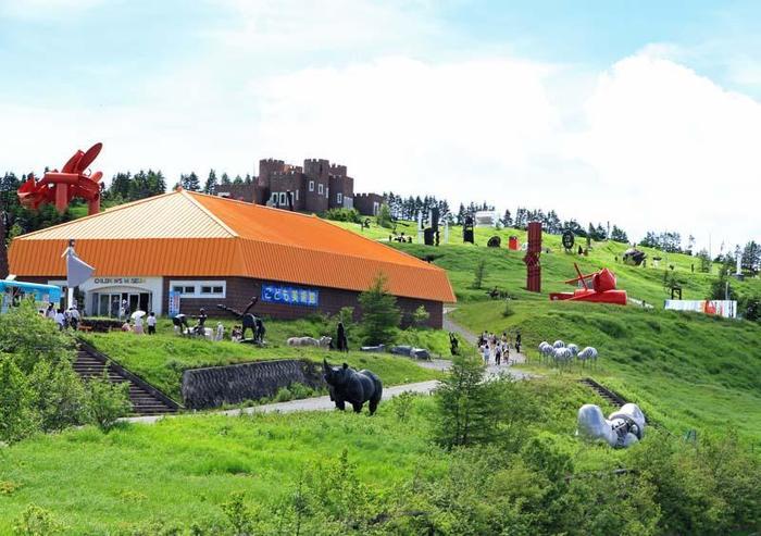 約350点もの現代彫刻を屋外に展示し、日本で一番標高の高い屋外展示型美術館としても有名です。