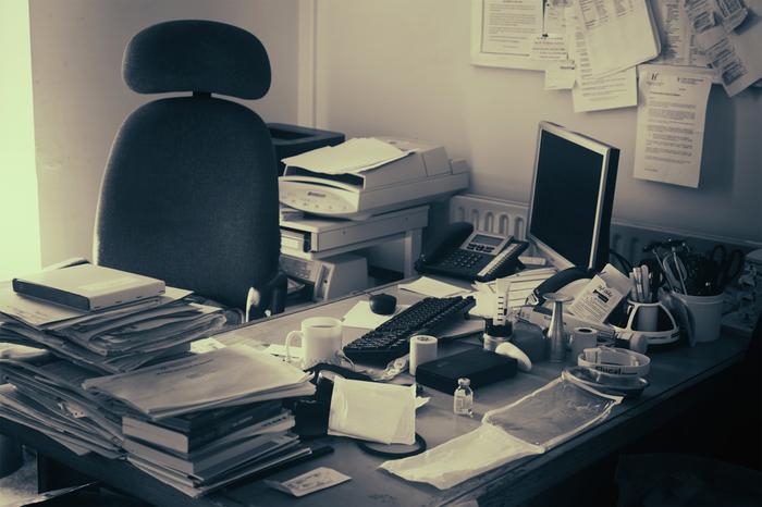 いつも作業をする机の上、こんな状態になっていませんか? よく使うからといって全部机の上に置いてしまえば、探し物の時間ばかりかかって、なかなか作業に取り掛かれないなんて本末転倒。