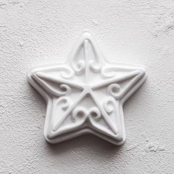 こんな素敵な星型もいいですね。繊細なイメージで、大人のクリスマスを連想させます。こちらは、石膏ですが、紙粘土でも挑戦できそうです。