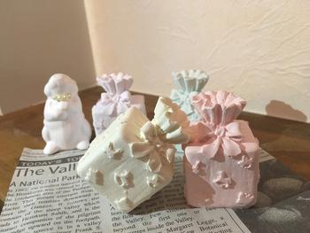 ギフトボックスの紙粘土オーナメントもクリスマスらしくて可愛いですね。大人もうきうきした気分になれそう。