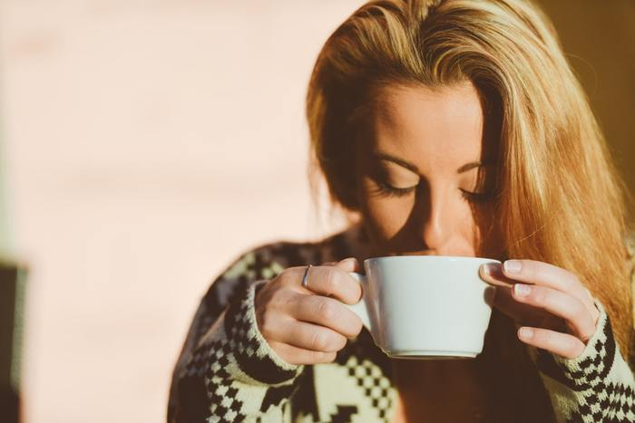 忙しい時間をやりくりしてでも、ひとりで過ごす時間を捻出するのはとても大事なこと。 ゆっくりとコーヒーの香りを楽しんだり、趣味に没頭したり。心も身体もオフにする時間は、次に向けるエネルギーをチャージして、新たにがんばるためのモチベーションを復活させてくれます。