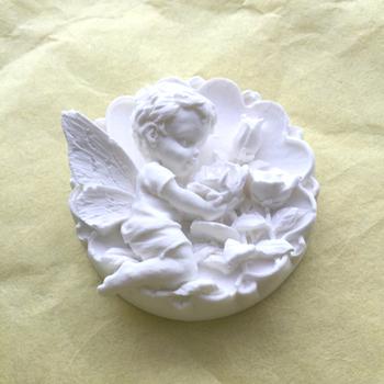 天使でしょうか、それとも花と戯れる蝶でしょうか。想像が広がります。紙粘土でこんなオーナメントが作れたら、素敵ですね。むずかしそうですが、トライしてみたくなります。紙粘土は、いくらでも作り直しがきくのも魅力ですね。