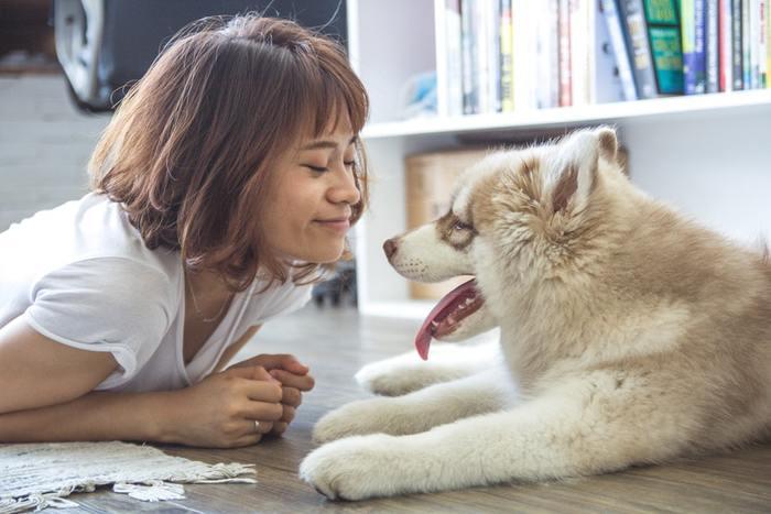 ひと呼吸おいてから落ち着いて行動したり話す習慣は、衝動的な行動を制御して失敗も少なくなります。 ゆっくりとした動きや話し方を意識するだけで、優雅で余裕のある柔らかな雰囲気が生まれるものですよ。