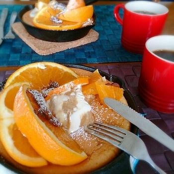 全卵で作るメレンゲに、ホットケーキミックスを混ぜて焼くふわふわパンケーキ…というよりスフレ? オレンジとアイスクリームを添えてどうぞ♡
