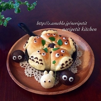 トトロのおなかの部分だけメロンパンのようにクッキー生地をのせて焼くレシピ。チョコでデコるとこんなにカワイイ♪お子さんが喜ぶこと間違いなし!