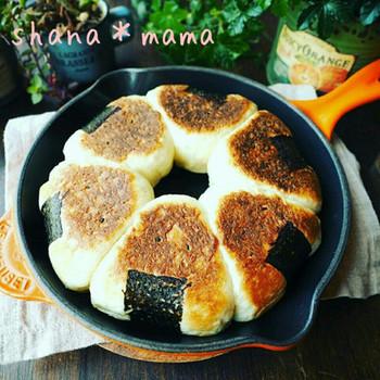パン生地につぶしたごはんとチーズを入れて焼く、ごはんパン。おにぎりのかたちがとってもかわいいレシピです♪