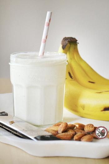 ヨーグルトにお砂糖や蜂蜜を入れて牛乳を混ぜれば簡単にできる「飲むヨーグルト」。果物やナッツを入れてデザート風にするだけでなく、野菜やスパイスなどどんな素材にもマッチします。ヨーグルトの意外なおいしさを発見しませんか?