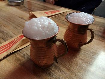 トルコや中東、ブルガリア等広い地域で飲まれている「アイラン」。ヨーグルトに水と塩を混ぜたドリンクです。甘みのないヨーグルトドリンクなので、食事と一緒に飲まれることも多いのが特徴。トルコ北部ではこんな泡立ちタイプのアイランがみられます。