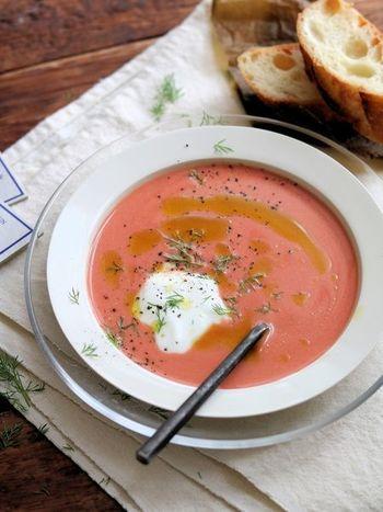 ヨーグルトにトマトジュースを入れ、オリーブオイルと塩こしょうで味を整えて簡単に作れるヨーグルトトマトスープ。トマトジュースが苦手な方もマイルドで飲みやすくなりますよ。