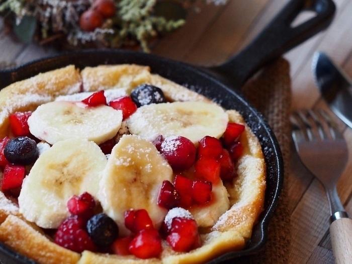 食パンをひたして(できれば一晩寝かせてから!)焼くと、ホテルのような絶品フレンチトーストになります。バナナやベリーをトッピング&粉砂糖をふって可愛く仕上げましょ♪