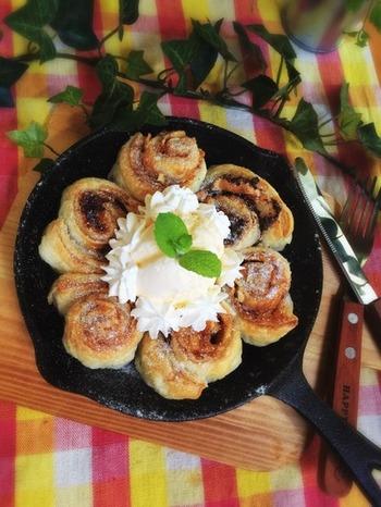 冷凍パイシートに、チョコやシナモン、マシュマロなど甘~いエッセンスを加えて、くるくる巻いて焼くちぎりパイ。生地を作る手間がない分、すぐにできちゃう時短&美味しいレシピ。