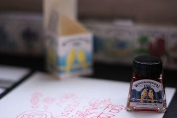 一色ごとに異なるイラストが描かれたWinsor&Newton (ウィンザーアンドニュートン)のカラーインクボトル。それぞれの色を想起させる素敵なイラストが並ぶ様は見ているだけで幸せな気分になれちゃいます。 つけペンで使うのがおすすめですが、筆、割り箸を尖らせたものなどでも面白い書き味が試せますよ。 色にもよりますが、乾くと艶のある仕上がりになります。