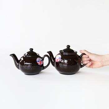 ■ブラウンベティ ティーポット  ジョージ王朝時代の17世紀にイギリスで誕生し、現代まで作り続けられている、イギリスの紅茶文化に欠かせないティーポットです。耐久性と保温性に優れているだけでなく、手頃な価格で販売されたため、イギリスの一般家庭の日用品として普及しました。 その名の通り、深い茶色のコロンとした形が特徴。気取りのない、優秀な日用品としての美しいフォルムで、長く愛用したくなります。