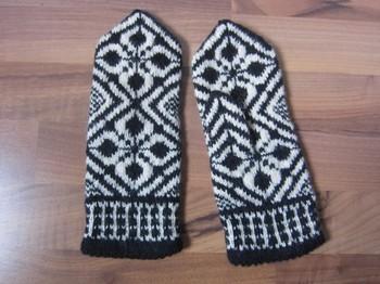 エストニアの手袋。手袋全体に模様が編み込まれていて、ファッションのポイントになります。