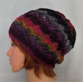 多くの色を使っていても全体がダークな雰囲気に仕上がっているので、コーディネートしやすそうなニット帽。まあるく頭を包み込むデザインは、小顔効果も期待できそう。