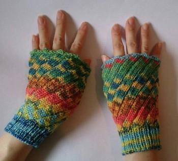 そこまで寒くない時や、デスクワークで手首が冷えやすい時にもおすすめのハンドウォーマー。