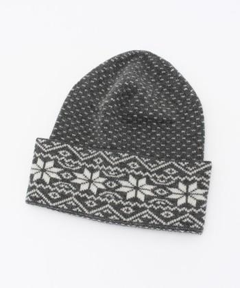 ノルディック模様でお馴染みの雪柄模様(エイトスターとも呼ばれる)の手編みの帽子。雪柄は編み込み初心者さんにもおすすめです。