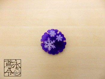 雪の結晶モチーフには珍しい「和」を感じさせるブローチ。上品な雰囲気でベレー帽やニットにちょこんとつけるのも素敵です。