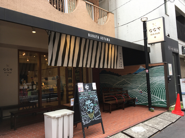 地下鉄表参道駅から歩いて約10分ほど。良質な抹茶の産地である、静岡県藤枝市の抹茶を使ったジェラートで有名なのが『ななや』。抹茶の濃さで、7段階に分かれたジェラートが人気です。