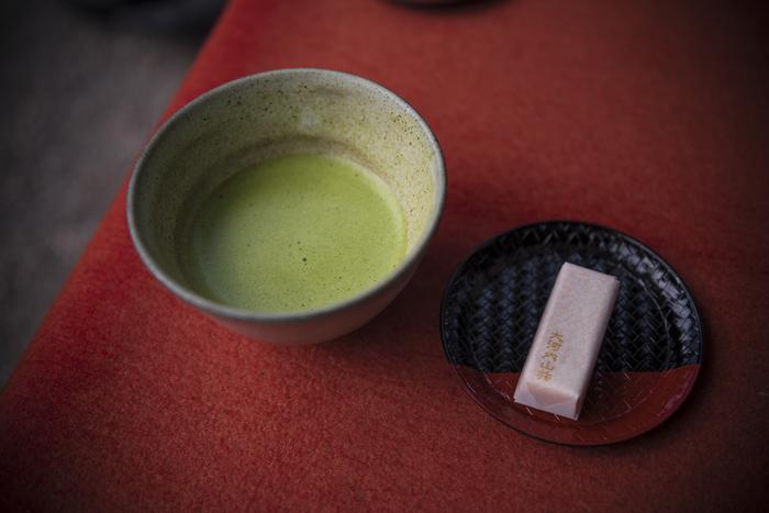 日本の伝統的な文化の一つである「茶道」。お抹茶の鮮やかな色合いや深い香りには、私たちの心を静謐にする力があります。でも「茶道」には、お作法を覚えるのが難しそうなイメージもありますよね。堅苦しい感じがして、気軽に手を出せないという人も多いのではないでしょうか?
