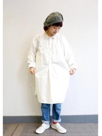 シンプルな白のワンピースの下にデニムを履いてカジュアルに。帽子や赤のソックスがアクセントになっています。