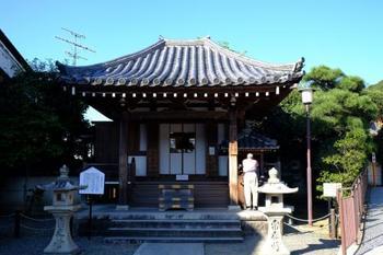 清水寺の正門「仁王門」の左手前に、善光寺堂があります。如意輪観音像が祀られています。観光客は素通りしてしまうことが多いので、ゆっくりと参拝することができます。洛陽三十三所観音霊場第十番札所です。