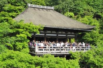 奥の院は、境内の一番奥の音羽の滝の上手にあります。清水の舞台を撮影するなら、奥の院からの眺めがベストスポットです。本堂を模した舞台造りとなっていて、千手観音、地蔵菩薩、毘沙門天、二十八部衆と風神雷神が祀られています。また、弘法大師を祀るお堂としても有名です。