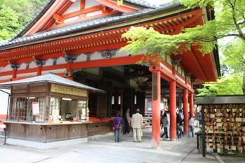鮮やかな丹塗りのお堂が目を引く阿弥陀堂。鮮やかな装飾を見るのも楽しみのひとつ。阿弥陀如来坐像がご本尊です。