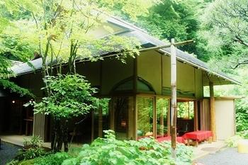 紫陽花を眺めながら休憩もできる、明月院内にある「月笑軒」。抹茶と和菓子はもちろんのこと、コーヒーとクッキー、ブルーベリージュースやマンゴージュースまであります。