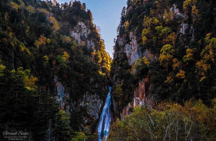 日本の滝100選に選定されている流星の滝・銀河の滝では、迫力ある景色が待っています。鮮やかに色付いた樹々が、切り立った断崖に白いしぶきを散らす流星の滝・銀河の滝の魅力を引き立てています。