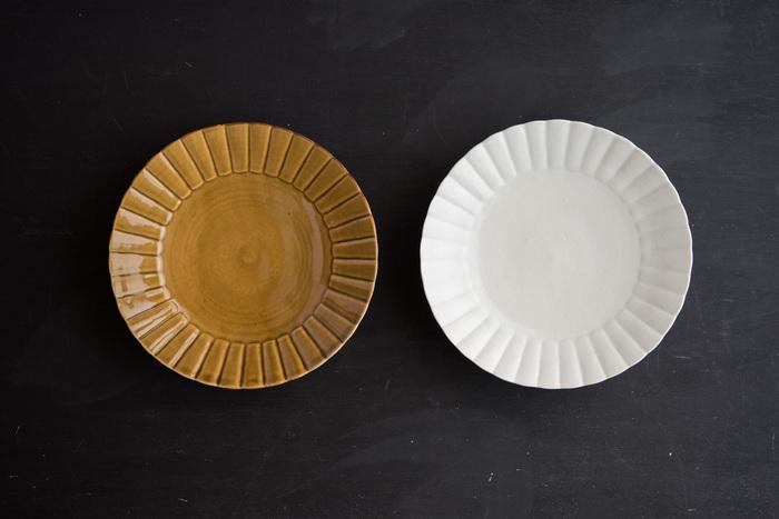 窯や土・焼くときの温度や乾燥させる湿度など、同じ器を作るのは難しい焼き物。微妙に型が違っていたり、色や模様が違っていたりと、ひとつひとつ表情が違うので選ぶのも楽しいものです。作家さんによってデザインも様々ありますよね。