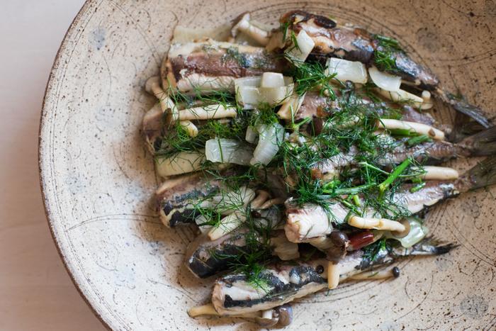 繊細な草花紋が美しい大皿はハレの日のための器としても◎心のこもった料理を丁寧に盛り付けたいですね。