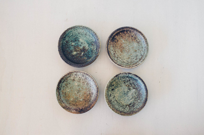 ずっと眺めていたくなるような深味のある色合いが素敵な綾部の小皿たち。料理を上品に見せてくれそう。おもてなし用にもおすすめです。