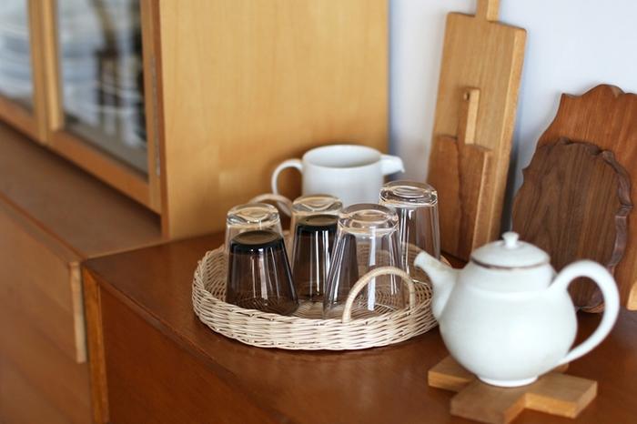 幅広でお盆のようにも使えるバスケットトレイは、よく使うコップやお客様の人数分の食器を用意しておくのにも便利です。