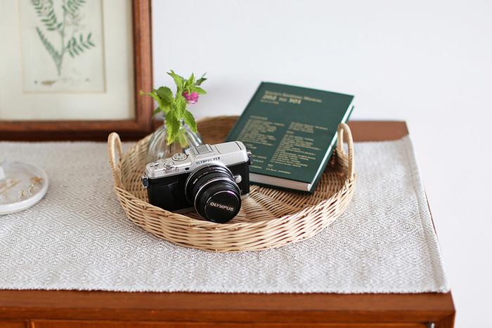 カメラや本、めがね、かぎ、小さな一輪挿しなどのちょっとした小物を置いておく場所としても使えます。テーブルの上のインテリアとしても様になりそうですね。