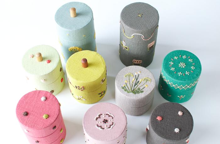 綿や麻の布、紙、木などの自然素材で作られた小物入れ。手刺繍が施された手作りの優しさも伝わる素敵なアイテムです。