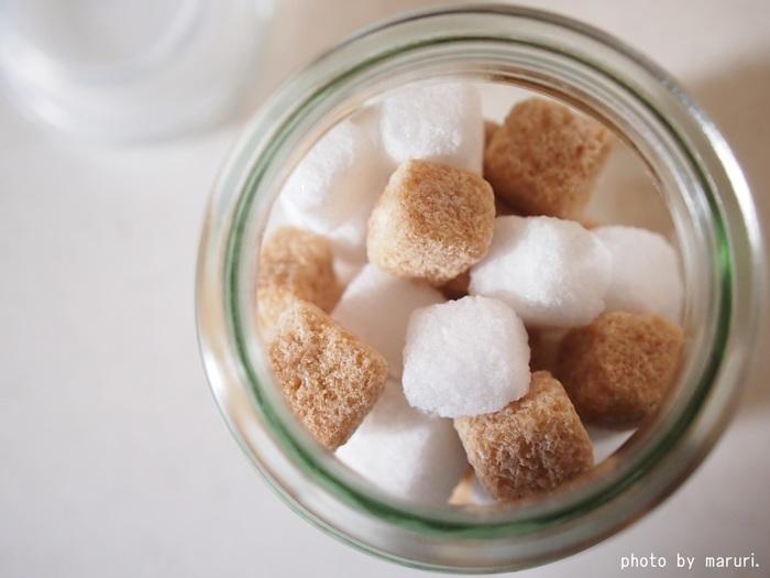 体に優しいお砂糖には色の付いたものが多いですが、必ずしも「茶色いから体に優しい」というわけではなく、カラメル色素が使われている場合もあるのです。精製されていないお砂糖を選びたい時は、原材料をよくチェックするようにしましょう。