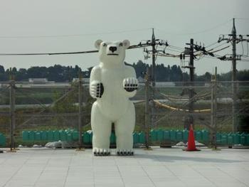 三沢 厚彦 作 ANIMALS 2017-01-B  2017年8月に開館したばかりの「富山県美術館」の屋外に佇むシロクマの彫刻。立山連邦を見据えるシロクマはどこかユーモラスで、森からふらっと遊びに来て、居心地の良さについ長居しているような気楽さが魅力です。  「オノマトペの屋上」と呼ばれる屋上庭園は親子で遊びながらアートと出会える場所になっていますよ。