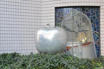 """鈴木高 作 巨大なりんご  2015年に閉館した""""こどもの城""""には岡本太郎作の「こどもの樹」という作品がシンボルとして設置されていました。その他にもユニークな彫刻群が来館者を待ち構えており、こちらのりんごもその一つになります。 近づいてよ〜く目を凝らすとカタツムリを発見。ユーモラスで親しみやすいアートです。"""
